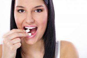 הטיפ השבועי: אם בא לי לנשנש בין הארוחות, עדיף שאני פשוט אלעס מסטיק ללא סוכר?