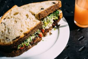 איך הכי קל ובריא לאכול מחוץ לבית?